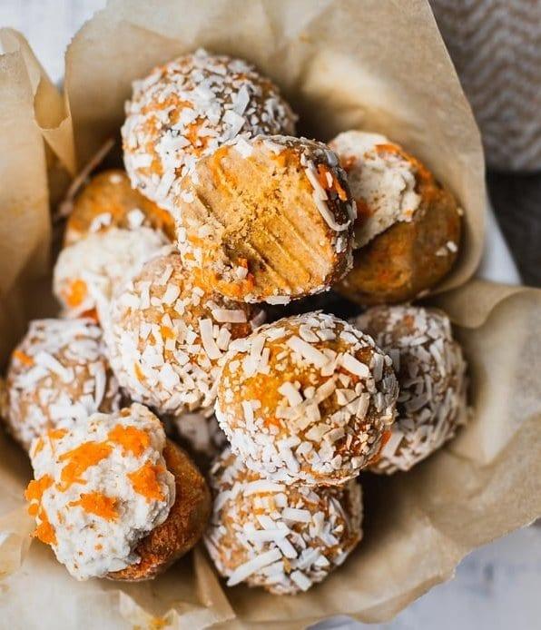 Zdravé vánoční mrkvové lanýže s kokosem na pečicím papíře