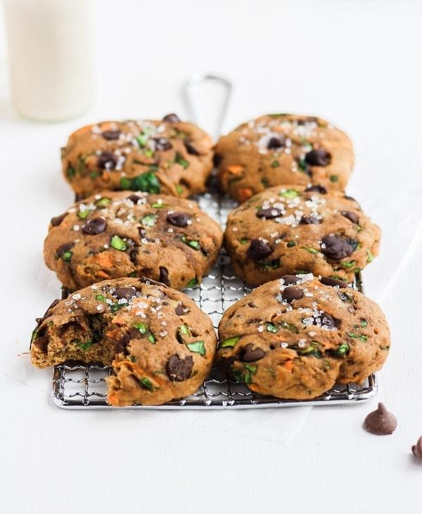 Fitness čokoládové cookies z mrkve a špenátu na kovové mřížce