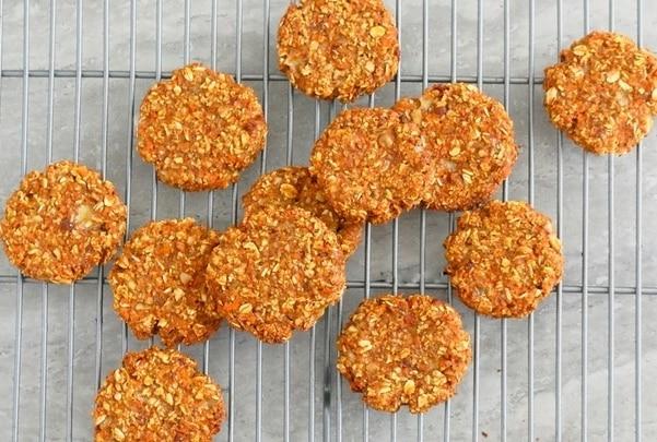 Fitness ovesné sušenky s mrkví na kovové mřížce