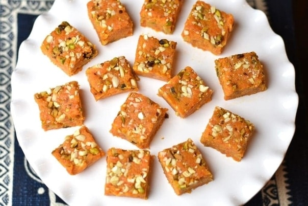 Zdravý indický mrkvový fondán na bílém keramickém talíři